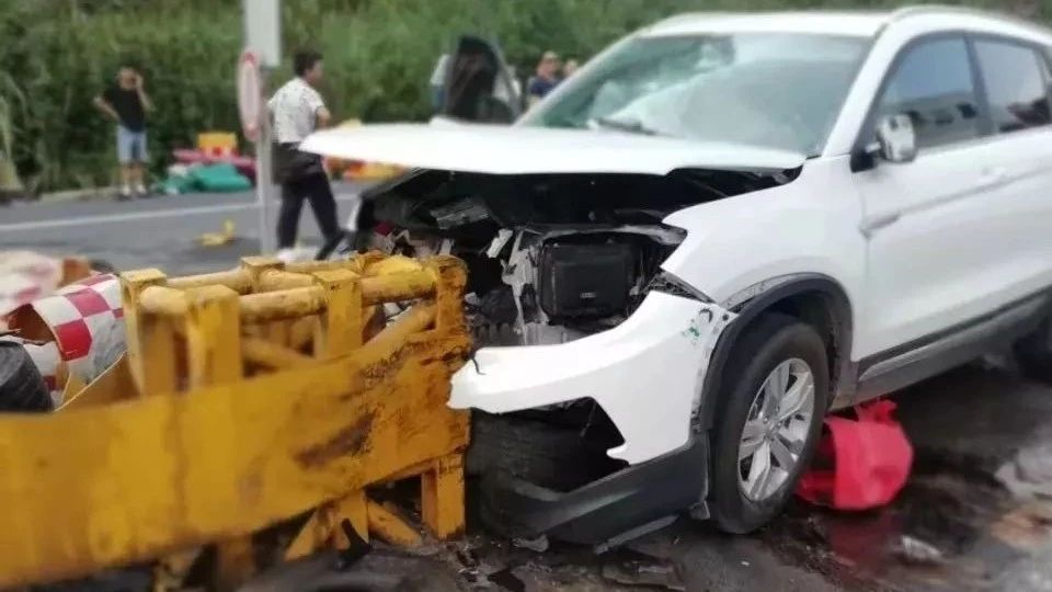 巴中至南江高速路一辆车失控撞上护栏,车辆损毁严重,有人受伤!