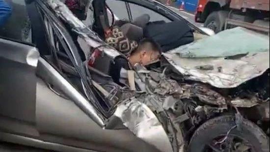 昨天,清江一小车撞上大货车,小车车头已面目全非