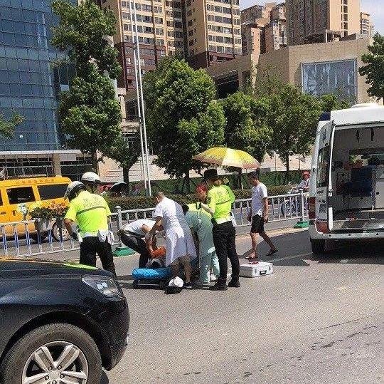 巴城发生一起交通事故,交警小姐姐为伤者打伞遮烈日!