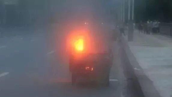 """昨日傍晚巴中一辆行驶中的三轮起火,真的成了飞奔的""""火车""""!"""