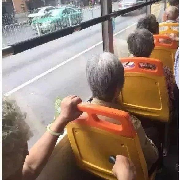 吵翻了!网友呼吁:早高峰禁用老年公交卡,支持还是反对?