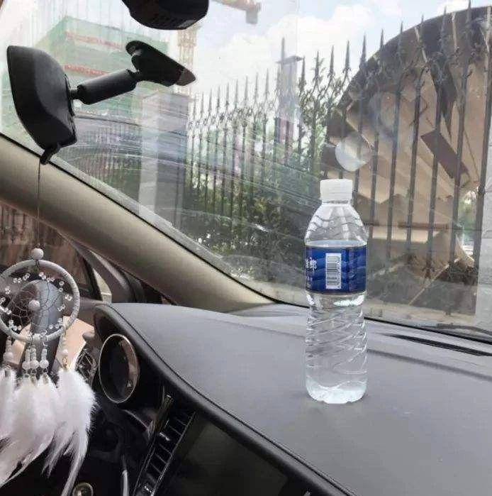 在车内放了2瓶矿泉水,车竟被它点燃了!美高梅平台司机注意,夏天这些都不能放在车内......