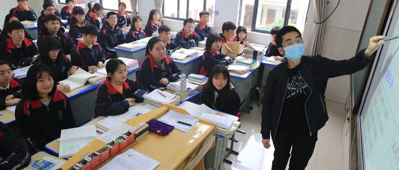 """【暖新闻?江西2021】县第四中学教师吴新元――背着""""营养泵""""上讲台"""