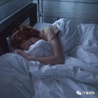 夜里�@����r辰容易醒,小心身�w出了���}!
