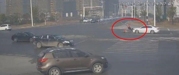 女子骑电动车闯红灯被撞飞,交警判她全责、赔钱!她不愿意了…