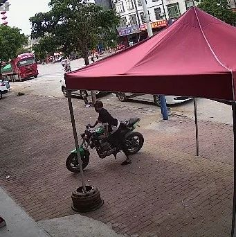 �O控全程拍下,紫金2青年大白天店�T口偷走摩托�