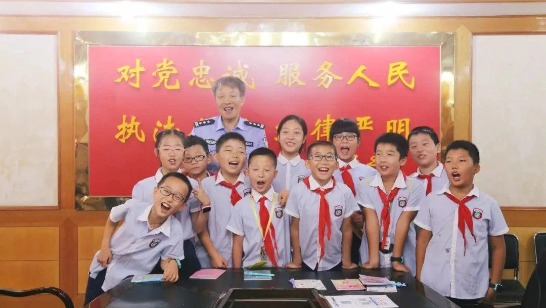 澳门赌博网站交警邀请小学生进警营开展交通安全教育活动