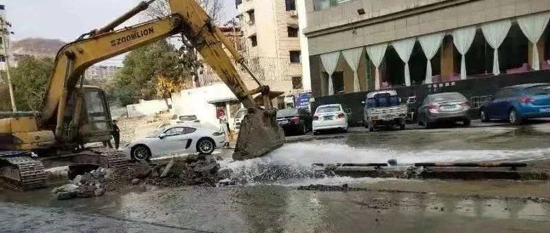 最新消息!彭�升�城大道因路面�S修挖破水管,�@些地方用水受到影�...