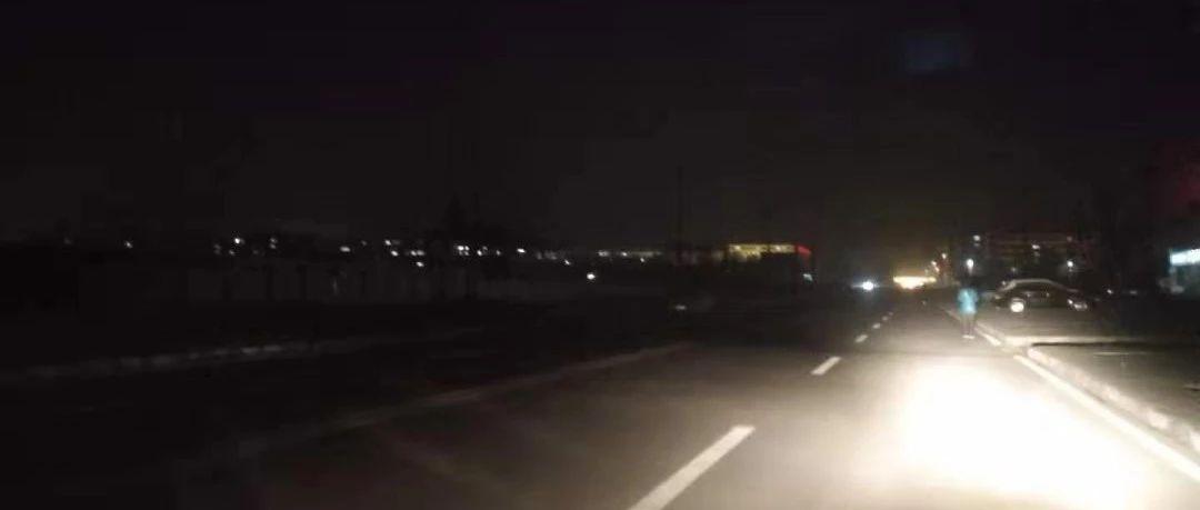 """平川网友:""""晚上走到这里马路上黑洞洞的,要小心了!"""""""