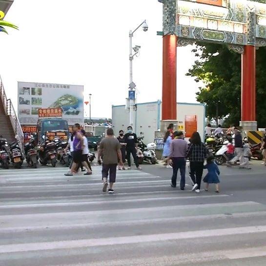 吴川市区江心岛路段车辆乱停乱放现象严重
