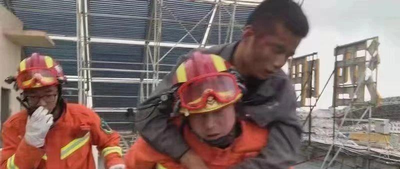 德令哈一维修工人被困电梯
