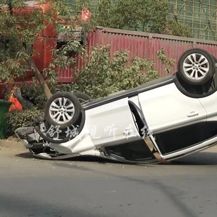 六安一辆白色SUV发生事故,四轮朝天…