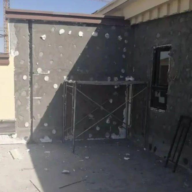石河子一住户安排工人在晒台搭建钢架,被现场制止拆除