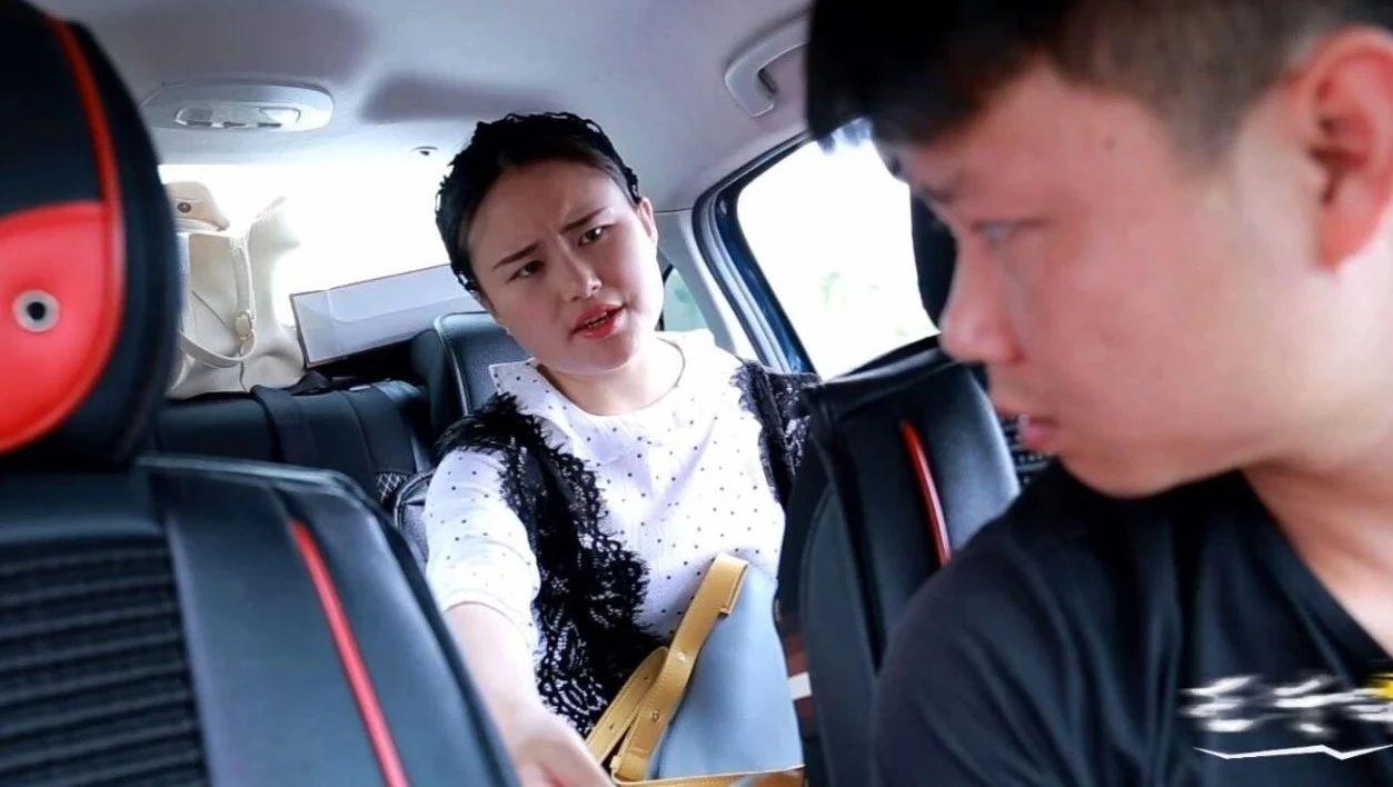 荆门美女用假钱打车,接下来司机的做法,让她羞愧难当!
