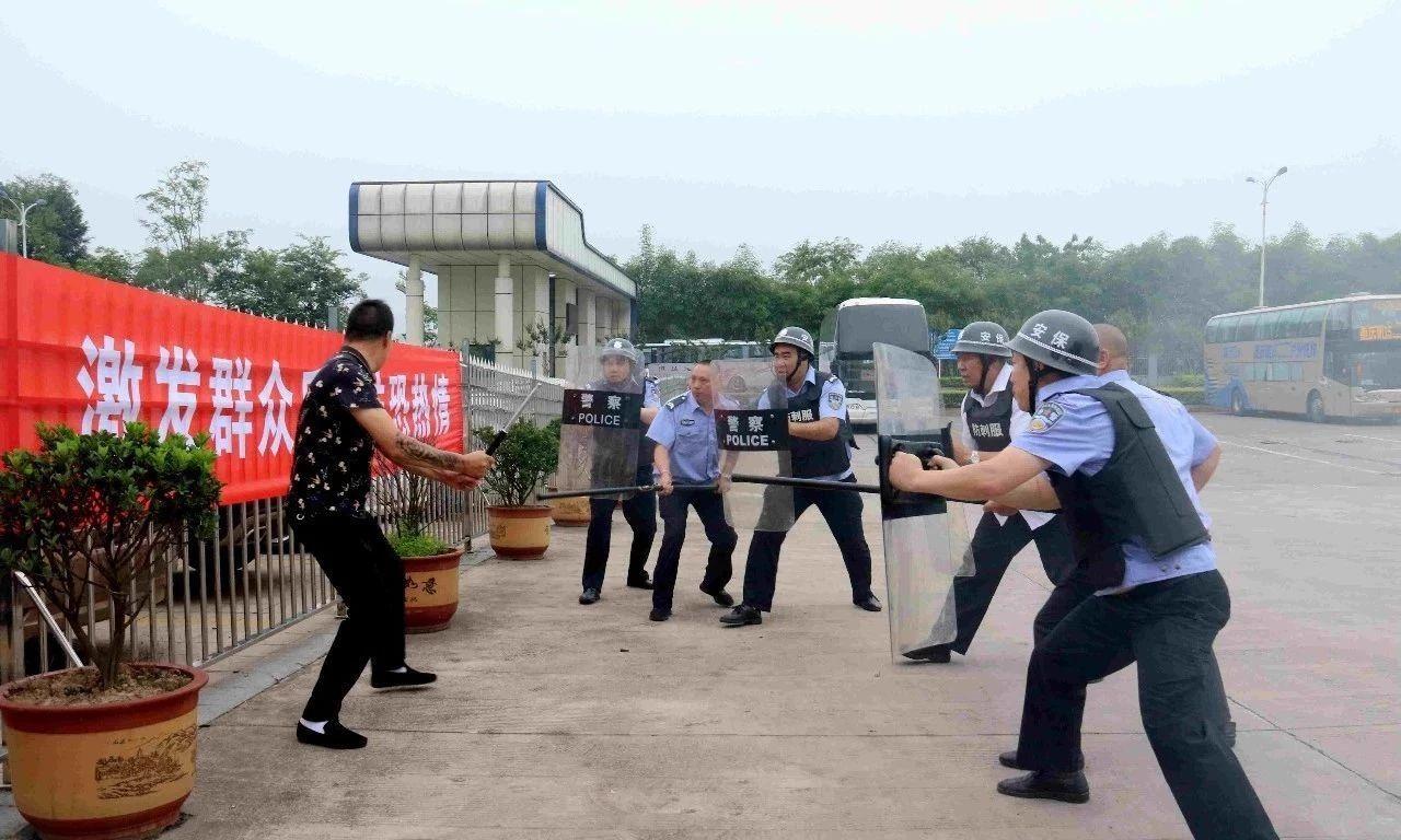 警察全副武装包围持刀纹身男?别急,这是龙马潭反恐防暴演练!
