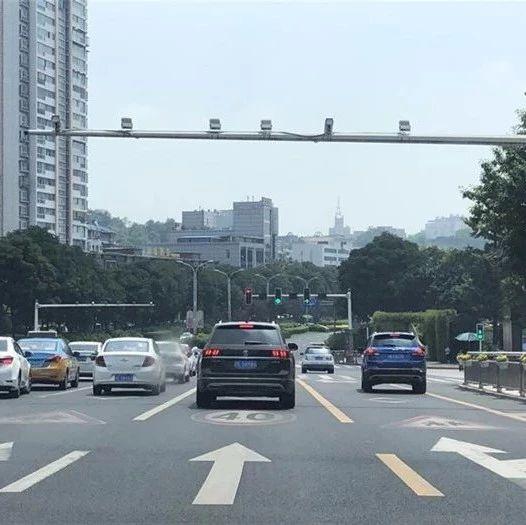 """@所有驾驶员,泸州这些路口右转也要""""看灯""""!"""