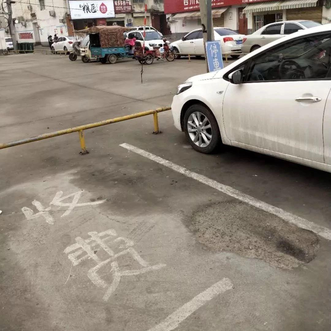 漯河一医院门口,老太太收停车费被拒,趴车上不让走...