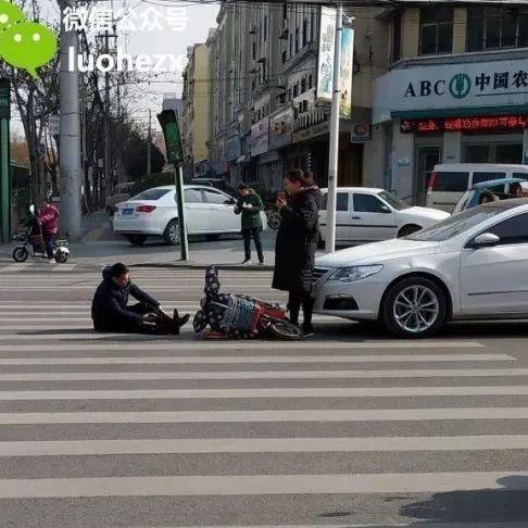 漯河三院附近,一男子被撞倒在斑马线上,捂着脚脖疼的站不起来...