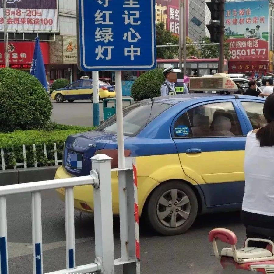 很受伤!漯河有人被街头指示牌碰到脑袋!
