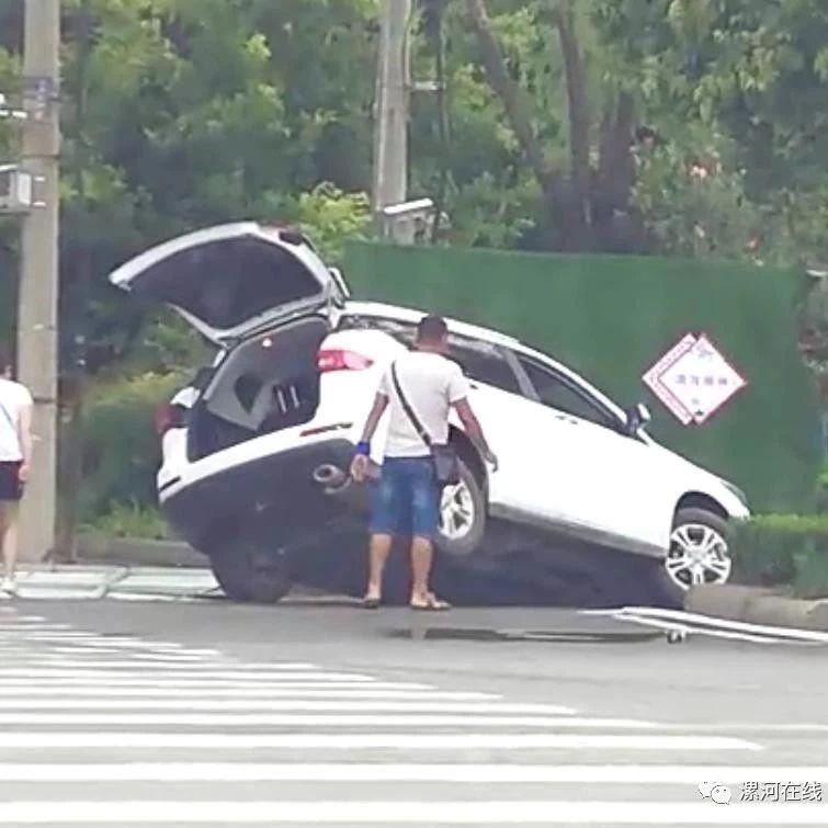 昨天一场大雨过后,澳门威尼斯人游戏网址淞江路一辆私家车出事儿了...