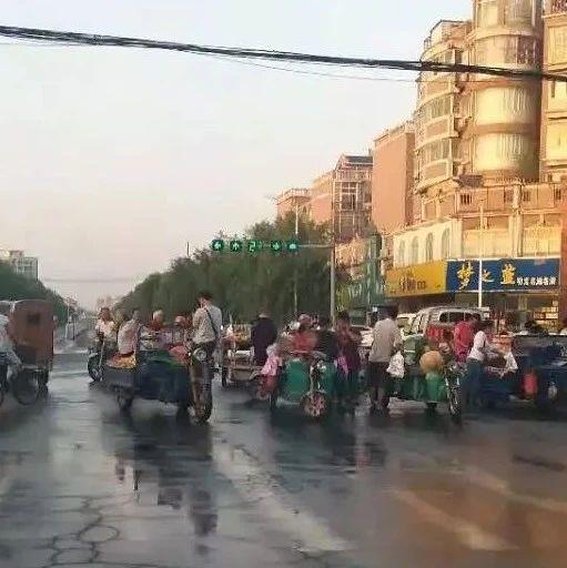 漯河这地儿占道经营真疯狂,车辆怼到大路中央!