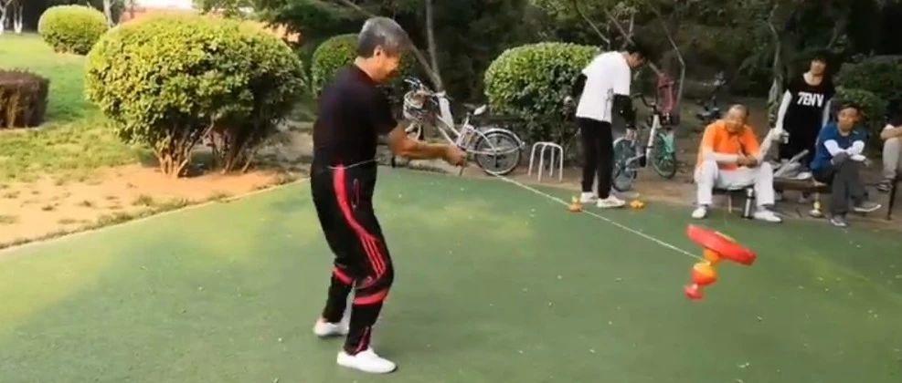 看�^活!|5斤重的大空竹,也能抖起�恚��^了!