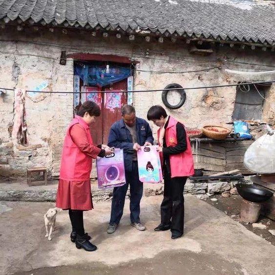 国家扶贫日:宝丰财政局妇女工作委员会爱心到家入户,温暖贫困群众