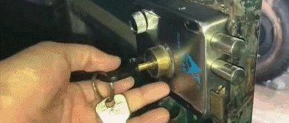 重要提醒!晚上睡觉前,一定要在门里面插把钥匙,太实用了