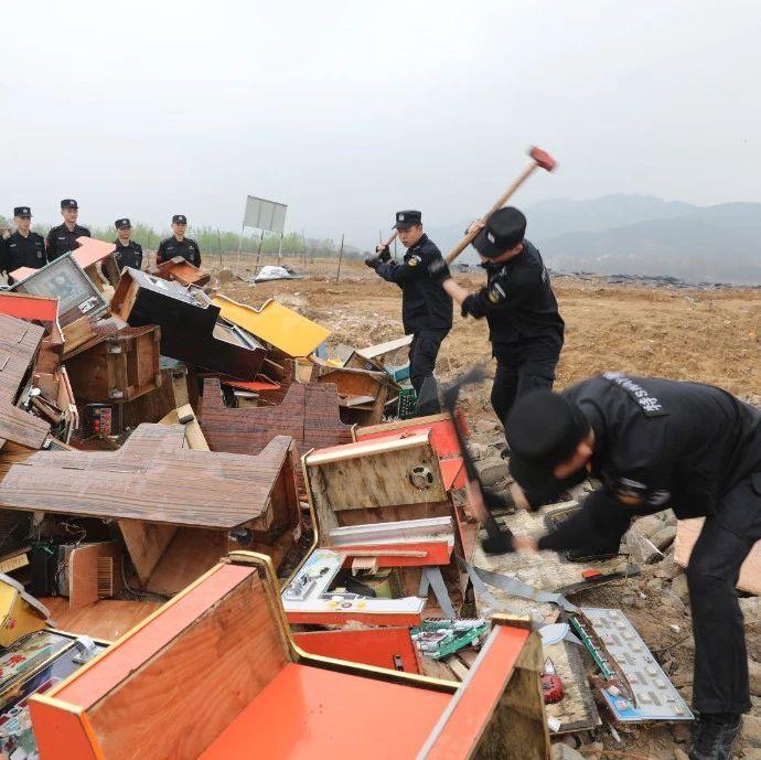 麻城警方集中销毁76台电子赌博机
