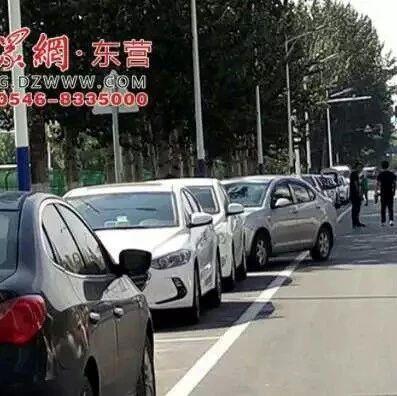 时时彩彩票:小区门口道路变停车位,非机动车咋走?