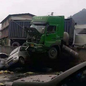 惊险!宜宾一大货车冲破围栏,车头悬空,司机被困!