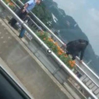宜宾女子怀疑丈夫出轨,在中坝桥上手持刀片自残,欲跳江…