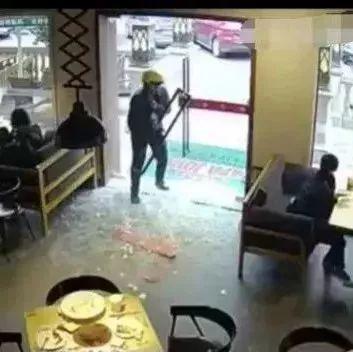 外卖哥撞碎玻璃门抓着门把手静止了10秒钟