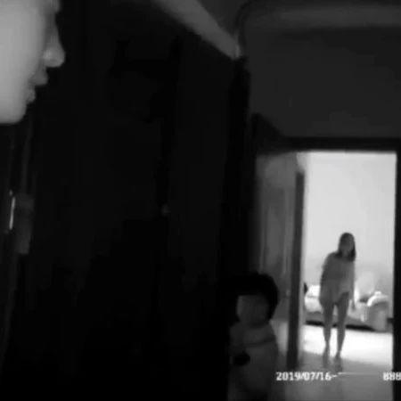 �冉�女子割腕自��,照片�l到朋友圈。警察接�笮募比绶佟�―