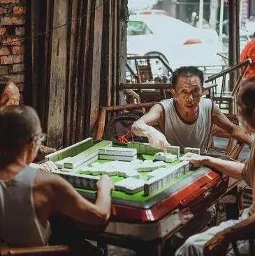 隆昌人生存基本�l件:吃�、呼吸、喝水、打麻��?