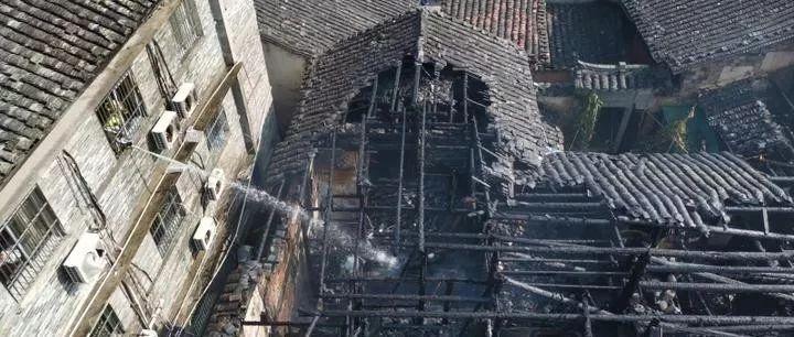 老房子著火,16�q男孩的�e�幼�人叫�^!
