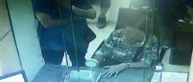 悬!蓬溪老人银行转款被拒还引来警察,真相太可怕了!