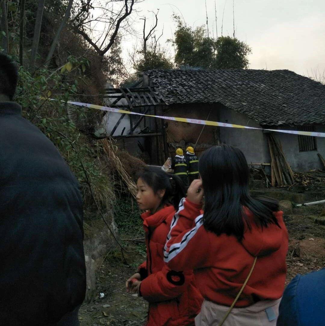 蓬溪发生火灾事故,现场火光冲天,民房被严重烧毁!