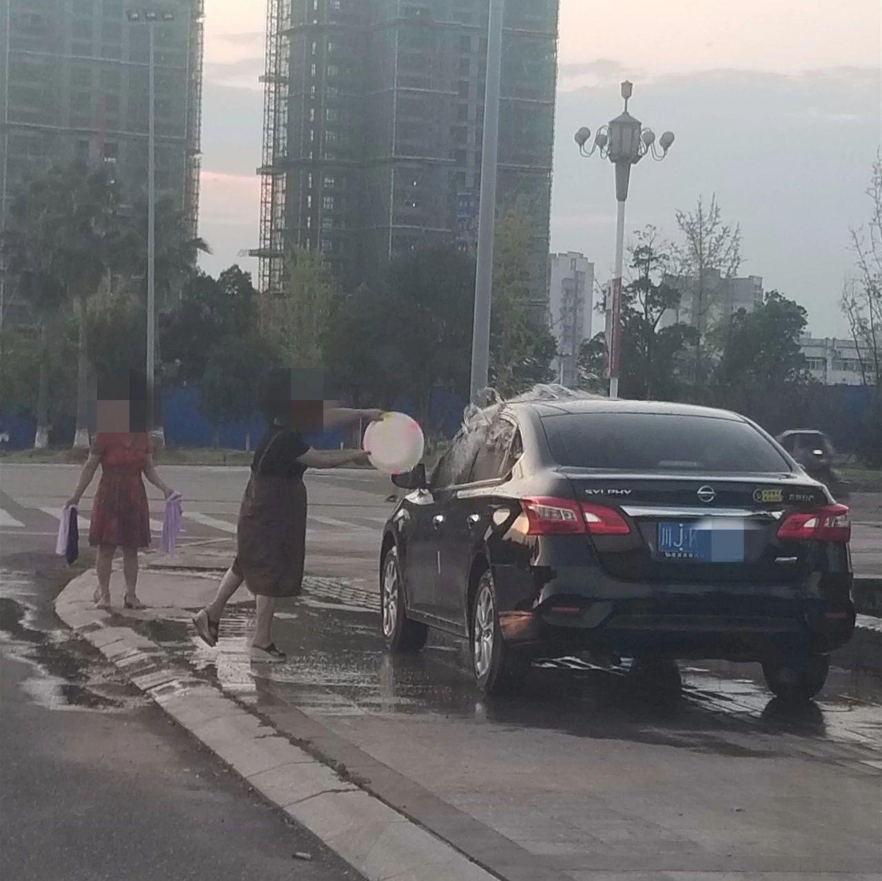 害臊不?这些蓬溪人路边晾衣服,景观池洗车,素质呢?