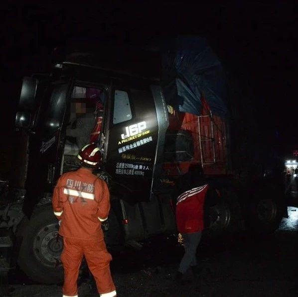 绵遂高速蓬溪境内发生两货车追尾事故,一驾驶员的操作让人懵圈!