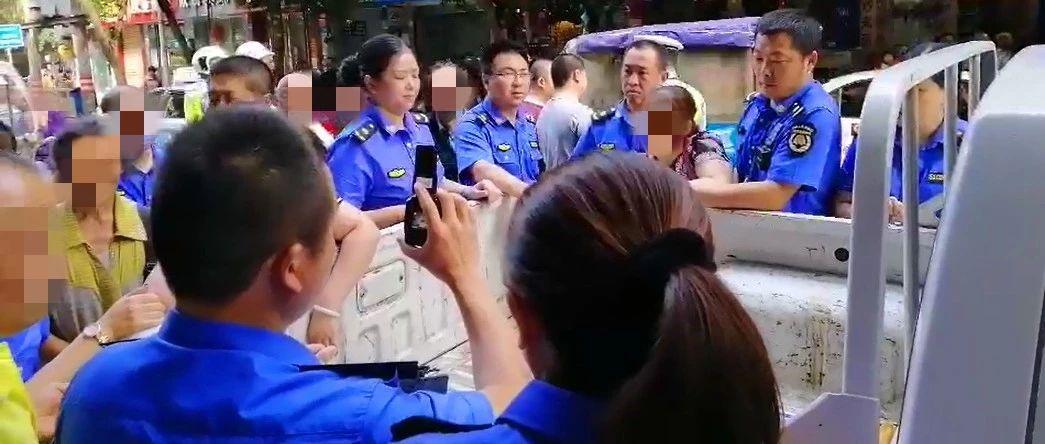 蓬溪一商家占道经营还暴力抗法,引众人围观现场!最终……