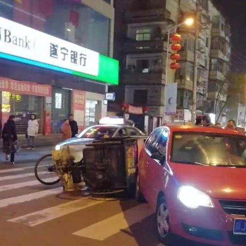 蓬溪城区发生车祸!三轮车驾驶员慌乱中撞上小车后侧翻...