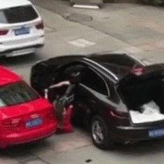 渣男因情感纠纷驾车碾压女友后逃逸,现场有点惨烈!