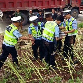 见警察设卡检查,蓬溪男子骑摩托车冲关卡失败竟弃车而逃!