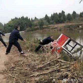 蓬溪一电动三轮车侧翻在水库边上,场面惊险万分!