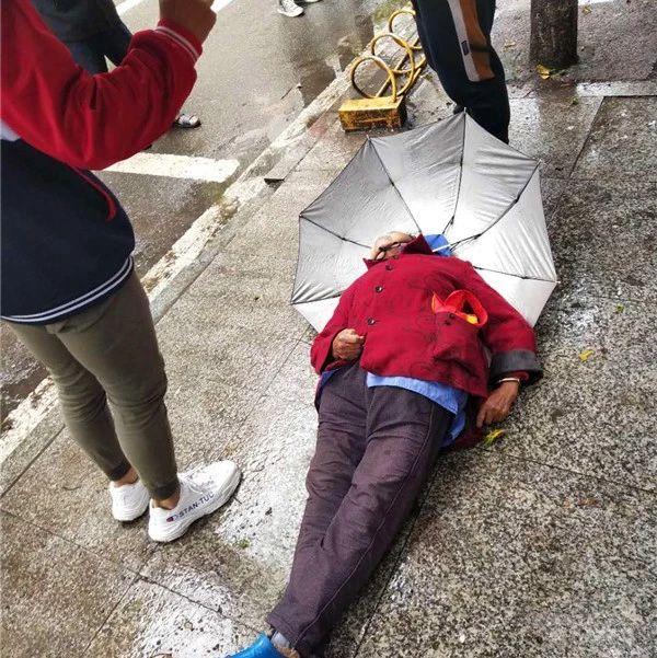 啥情况?阴雨天,蓬溪老人倒在冰冷地面上令人揪心!