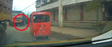 """视频丨大货车司机出现视觉盲区,蓬溪一路人差点成""""轮下鬼""""!"""