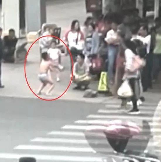 男孩在校摸了女同�W屁股被�P�光站街�^蹲�R步!