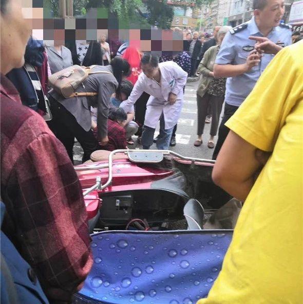蓬溪城区一名六旬老人被电瓶车撞倒在地,现场众人围观!