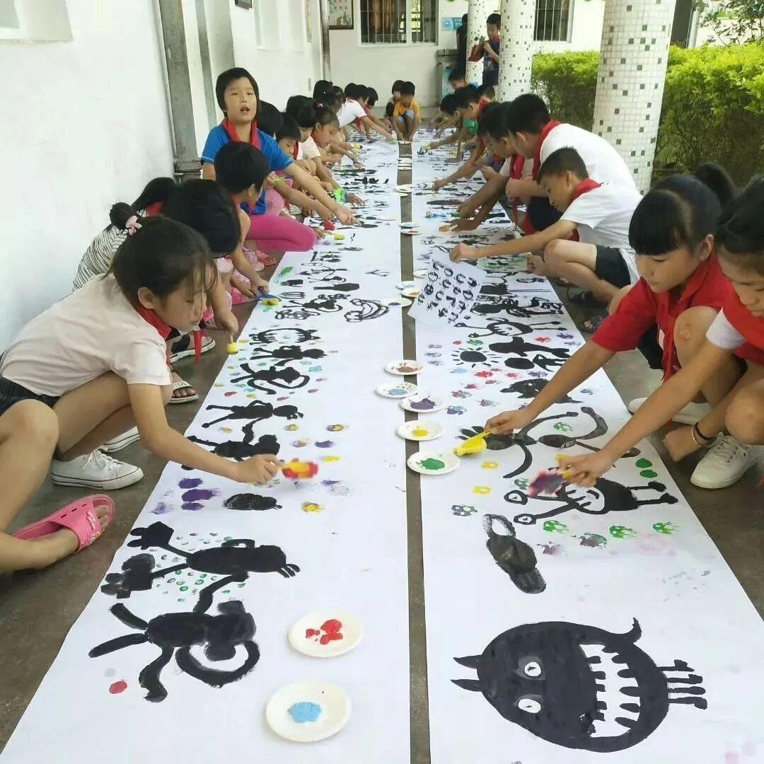 龙潭镇龙文学校举办庆国庆美术创作活动